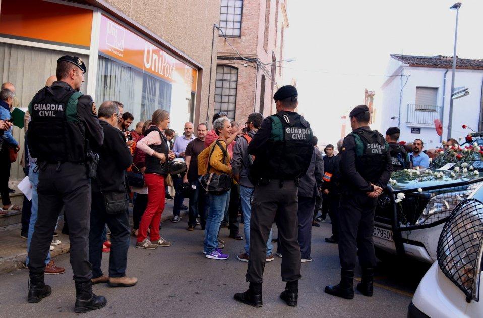 Civil Guard confiscates referendum documentation from business in Terrassa