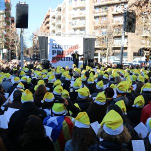 Hundreds sing Christmas carols for Catalan prisoners