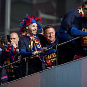 Barça fans celebrate Iniesta's final parade
