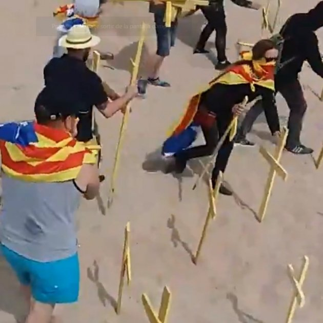 Hooded unionists remove yellow crosses at Barcelona beach, injuring five