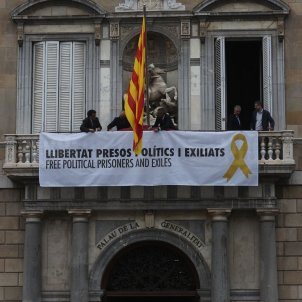 "New banner hung on Generalitat palace: ""Free political prisoners and exiles"""