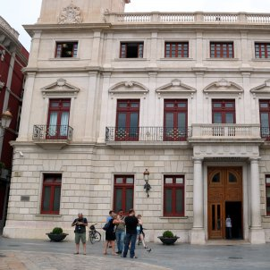 Ciutadans councillors rip banner for Catalan prisoners from Reus city hall