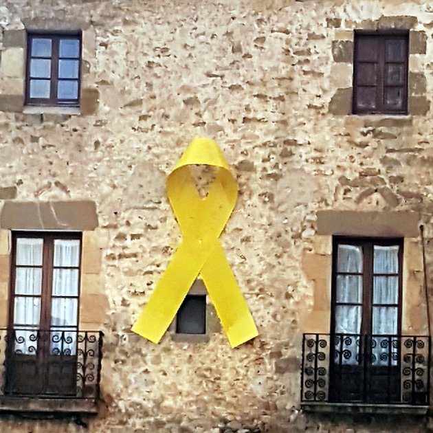 """Spain's attorney general sees """"no crime"""" in putting up or removing yellow loops"""