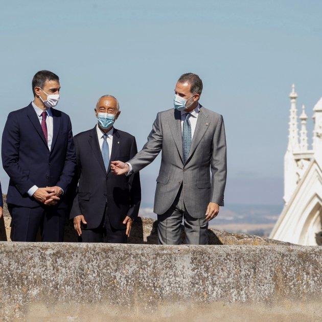 "Felipe VI reopens Portuguese border amid chants: ""Spain will be republican"""