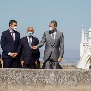 "Felipe VI reopens Portuguese border amid chants: ""Spain will be republican"""