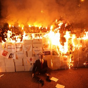 "VIDEOS: CDR activists set fire to a symbolic ""Spanish state"" in Barcelona"