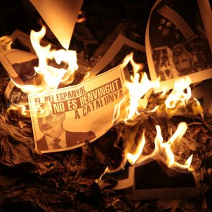 Mass burning of photos of Spanish king Felipe VI all over Catalonia