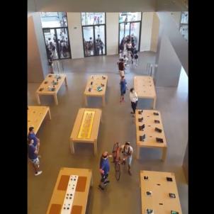 Panic in Barcelona's Apple store in Plaça Catalunya