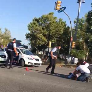 A car runs down one Mossos police agent on Diagonal