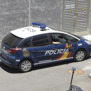 20 national police burst into a school in Barcelona to stop voting