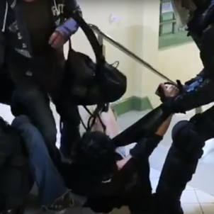 Video: Spanish National Police officer breaks fingers of polling station worker