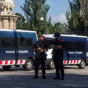 Catalan parliament cordoned off, filled by the world's media