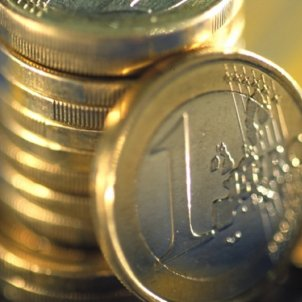 Euro, main Spanish stock index drop, risk premium rises after Rajoy announces article 155