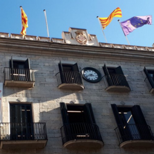 Catalan city halls start removing Spanish flags