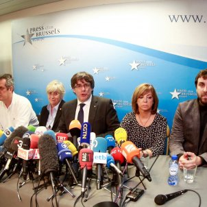 Puigdemont and ministers turn themselves in and await Belgian judge's decision