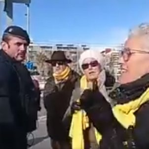 Group stopped because they're wearing yellow scarves and Rajoy to hold an event