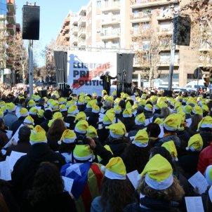 Hundreds sing Christmas carols for Catalan prisoners