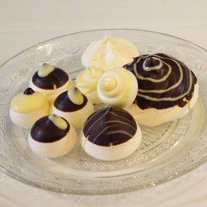 Gluten-free chocolate meringue bites