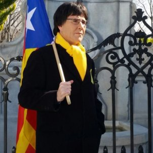 Spanish police try to arrest a comedian dressed as president Puigdemont