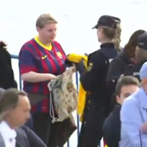 Spanish police confiscate yellow shirts from Barça fans