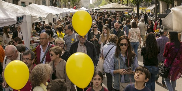 Gallery: Barcelona celebrates an exceptional, yellow-tinted Sant Jordi