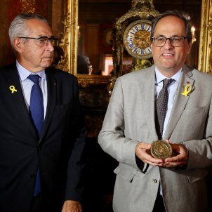 Mayor of Perpignan receives president Torra with a yellow loop