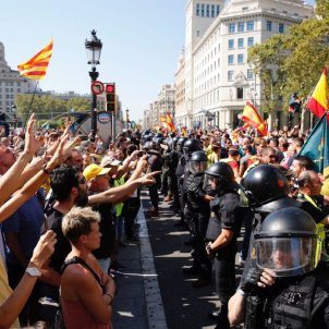 Independence movement holds its ground to unionist provocation in Barcelona