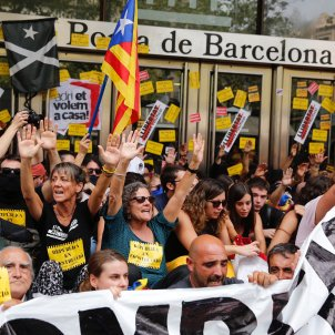 Barcelona Stock Exchange blocked by protesters who call for Torra, interior minister to resign