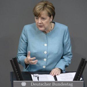 Merkel suspends German arm sales to Saudi Arabia