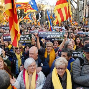 "A mile and a half of ""human wall"" as Catalans protest against leaders' trial"