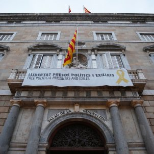 Catalan president Torra disobeys Election Board order to remove yellow loops