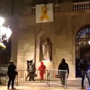 Unionists tear down yellow ribbon from Barcelona city hall in overnight attack