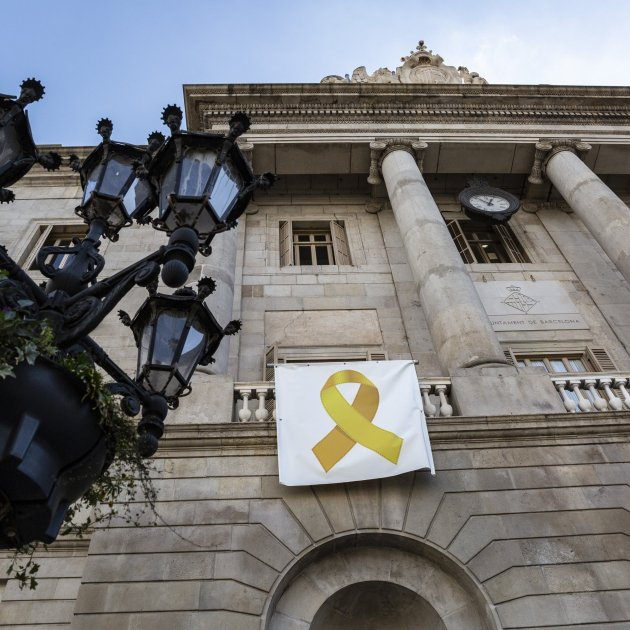 Yellow ribbon returns to Barcelona city hall