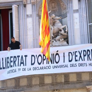 "Torra responds to disobedience investigation with another banner: ""Freedom of expression"""