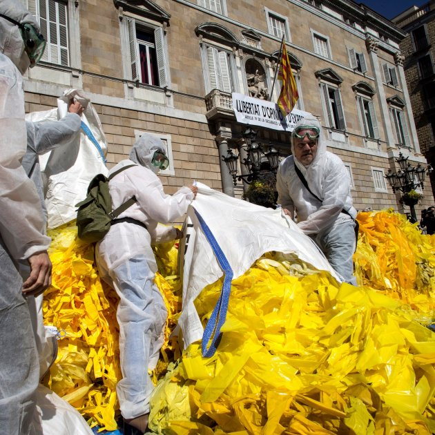 Unionists dump masses of yellow ribbons outside Catalan government palace
