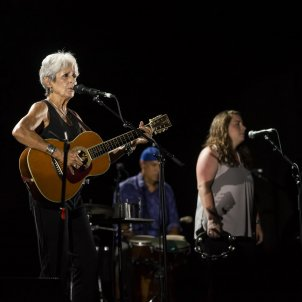 Joan Baez visits Catalan Parliament Speaker, Carme Forcadell, in prison
