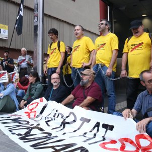 10 independence activists chain themselves to Barcelona metro station entrance