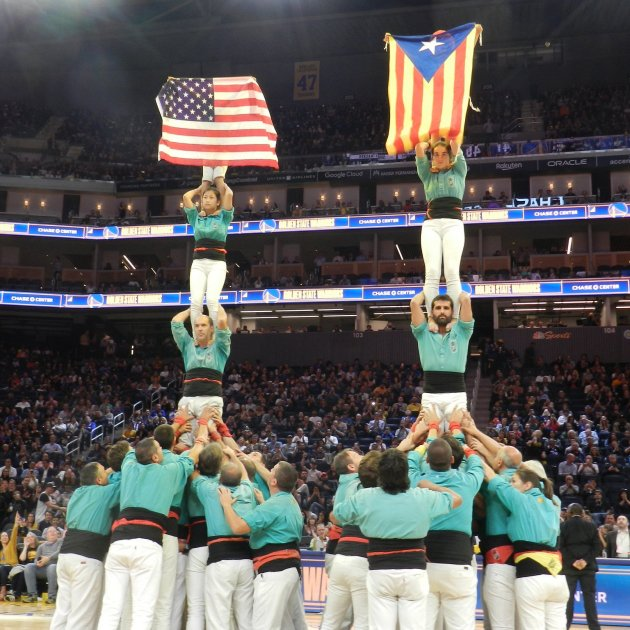 Video: Catalan human towers and a pro-independence flag in the NBA