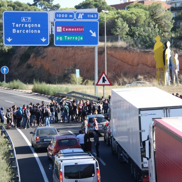 Video: Car accelerates at protesters blocking road in Catalonia