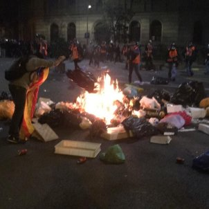 Saturday night in central Barcelona: the barricades are back
