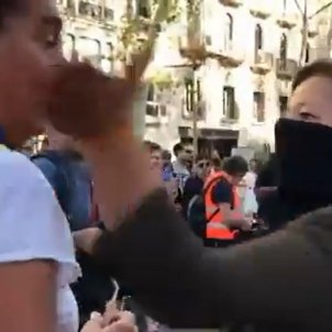 VIDEO | Assault by Spanish unionist, with face covered, on the Rambla