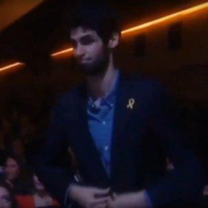 Video: Prize-winner wears yellow ribbon in front of king Felipe VI