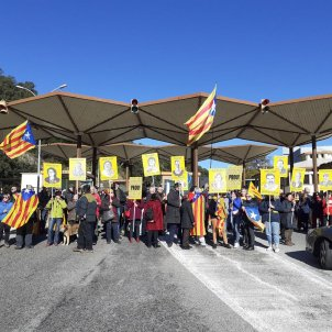 Catalan protesters block French border crossing on day before Spanish election