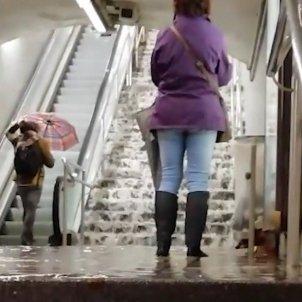 Video: Heavy rain floods Barcelona metro station