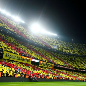 "Catalan protesters make themselves heard during El Clásico: ""Spain, sit and talk"""