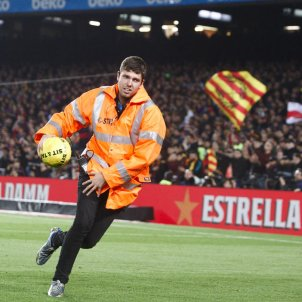 El Clásico: Balls thrown onto the pitch pause the match, but Messi masks confiscated