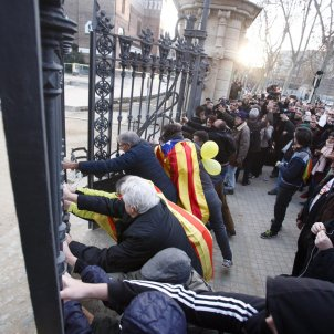Video: Protesters burst through locked gates of park around the Catalan Parliament