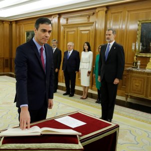 Pedro Sánchez takes oath of office before the king with a fragile legislature ahead