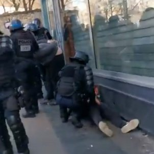 In France they investigate: inquiry opened into police who brutally beat a protester