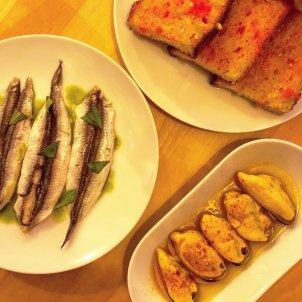Boquerones, mejillones y pan con tomate